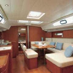 Vista interior velero Oceanis 43