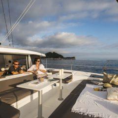 Nuestro catamaran bali 4.0 no tiene red! la proa tiene esta estupenda zona de ocio con colchonetas y mesas